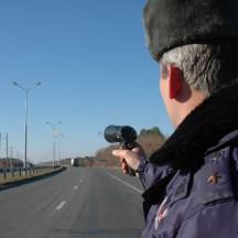 Сотрудники ДПС возвращаются к ручным радарам